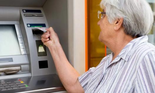 Нашей бабушке позвонили из банка